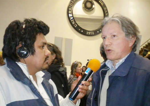 Sergio Caballero, periodista de Radio Universidad con José Casas, durante el juicio por delitos de lesa humanidad, en el edificio de la UNSJ.