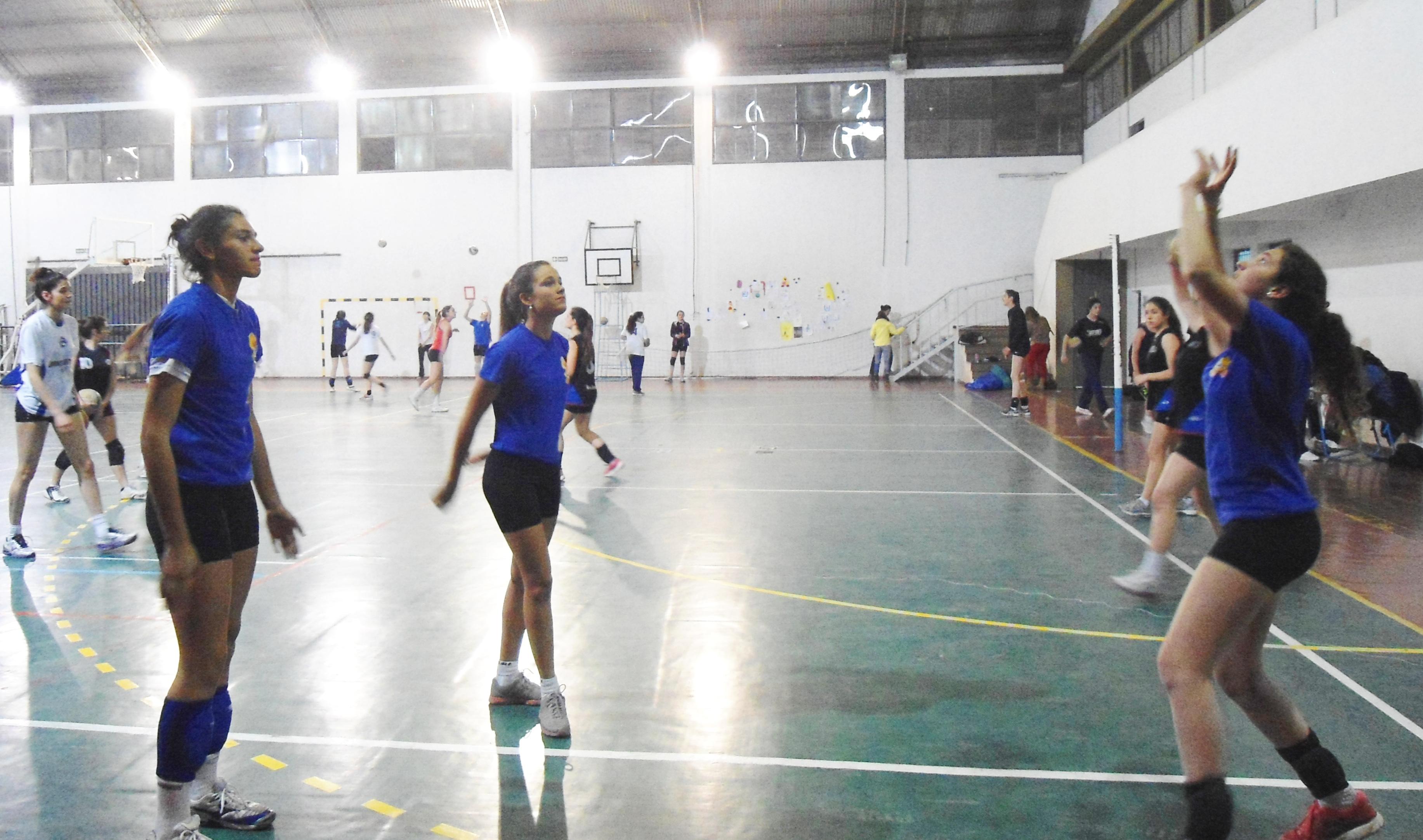Con la camiseta azul azul que usaron en el Regional, en la previa de un entrenamiento