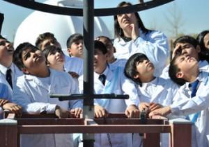 """Los instrumentos pretelescópicos observados de cerca por los alumnos en el Parque Astronómico """"Alter Caelum""""."""