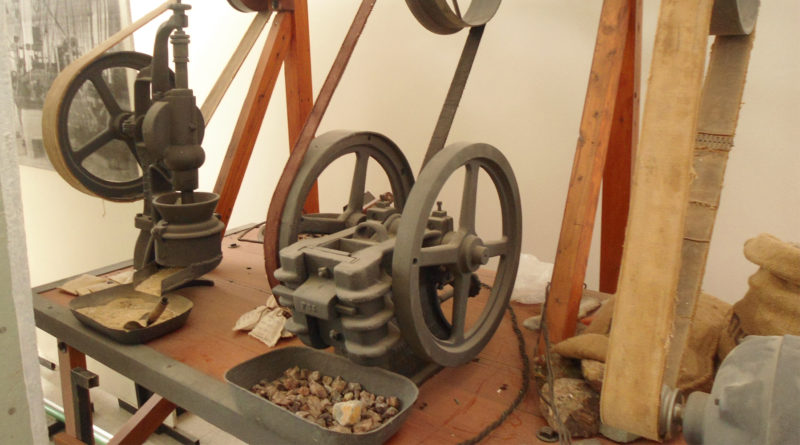 Máquina trituradora de rocas, Instituto de Investigaciones Mineras de la FI - UNSJ.