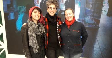 Lourdes Nafá, en el medio. A la izquierda, la ilustradora Mercedes Yacante. Al otro costado, la Prof. de Inglés Heidi Mathews.